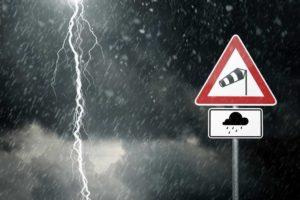 guidare Le 10 regole per guidare quando piove guida fulmine strada 300x200