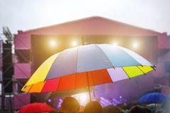 pioggia Quando la pioggia mette a rischio i festival! ombrello variopinto nella pioggia festival di musica all aperto 121603395